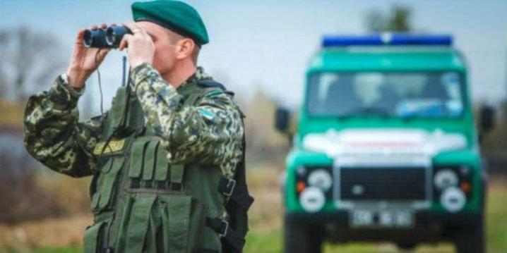 Українець спробував вивезти 166 блоків сигарет в господарських сумках