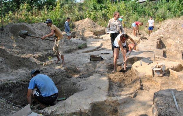 """Археологи в Житомирі викопали """"маленького Ісуса"""": пережив монголів і царську імперію"""