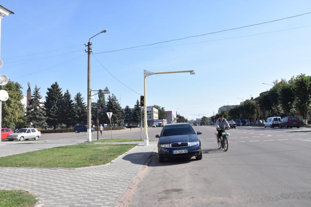 У Коростені пішохідні переходи облаштовують ліхтарями