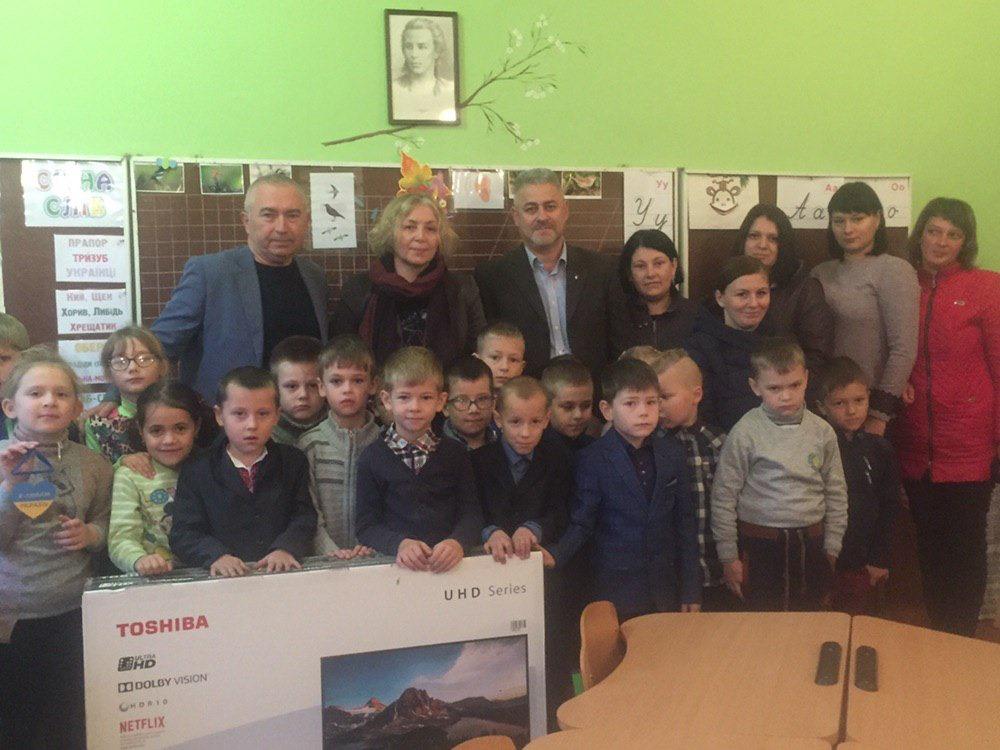 Першокласникам Грозинської гімназії Володимир Арешонков подарував телевізор