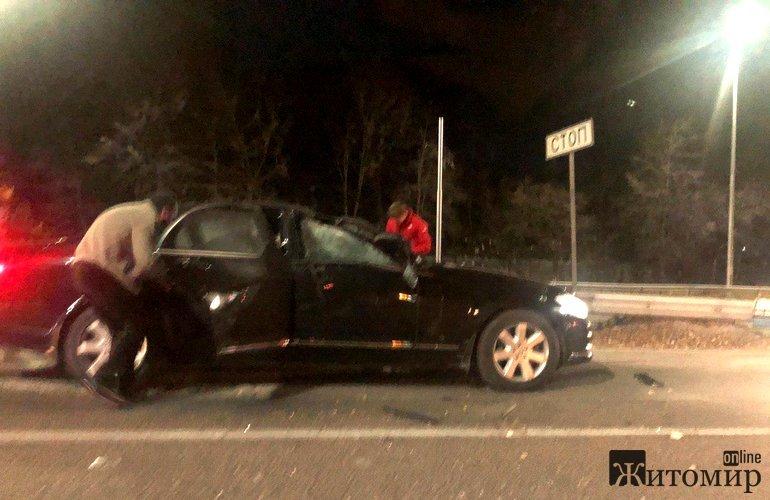 Теракт на трасі Житомир-Київ: мотоцикліст кинув вибухівку на дах автомобіля