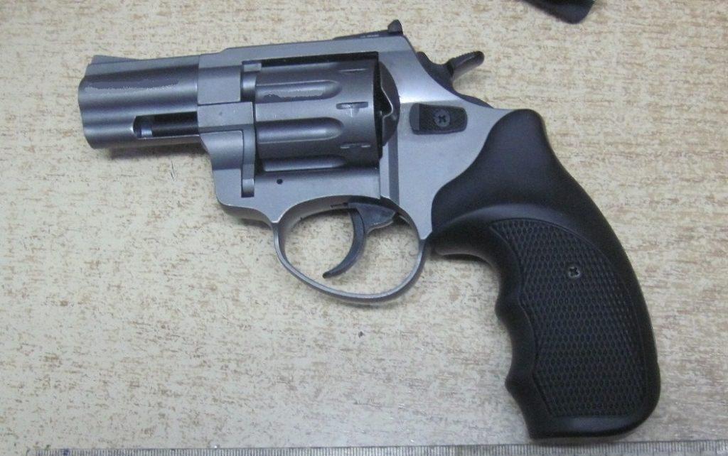 Чоловік намагався провезти револьвер через кордон у дверцятах авто