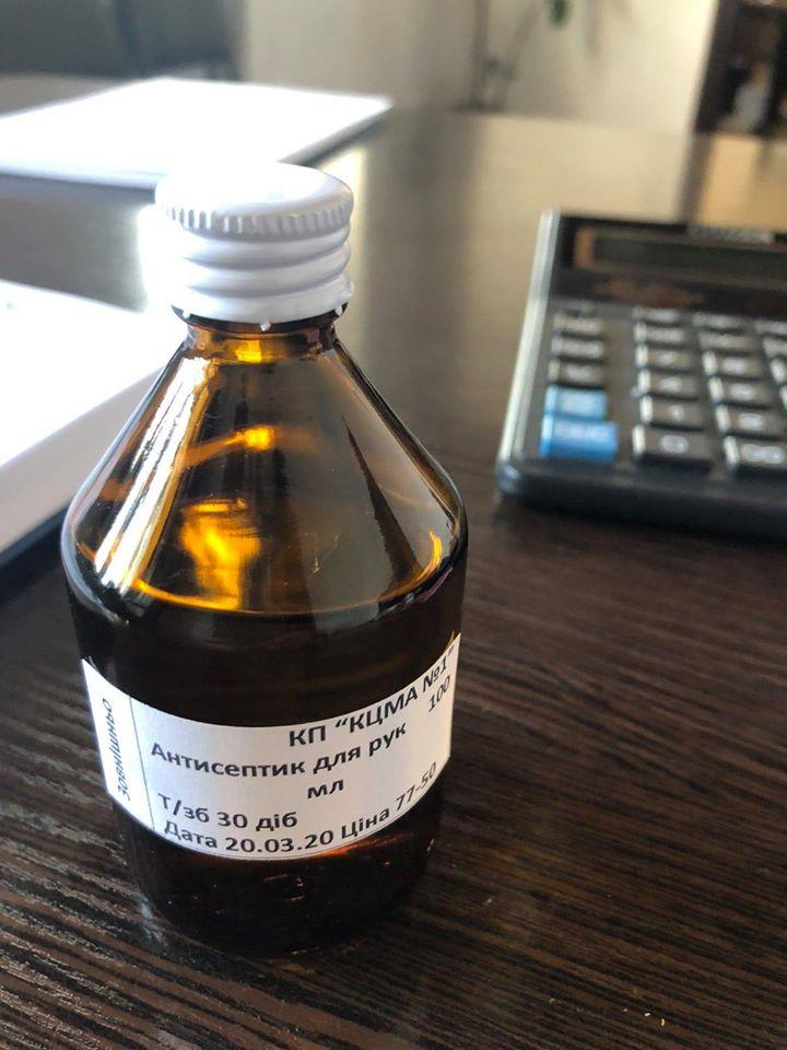 У коростенській аптеці фармацевти власноруч виготовляють антисептики