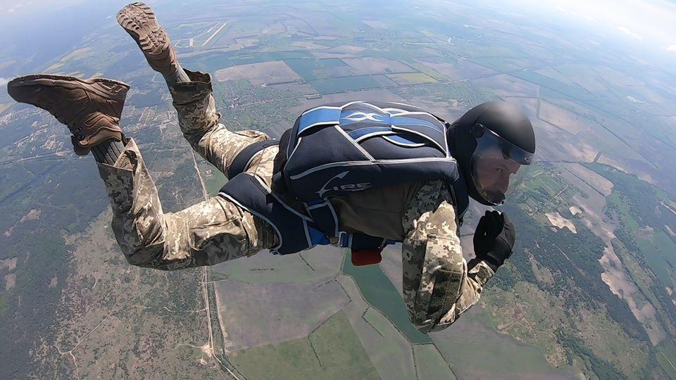 Поблизу Житомира українські військові випробовують парашутні системи