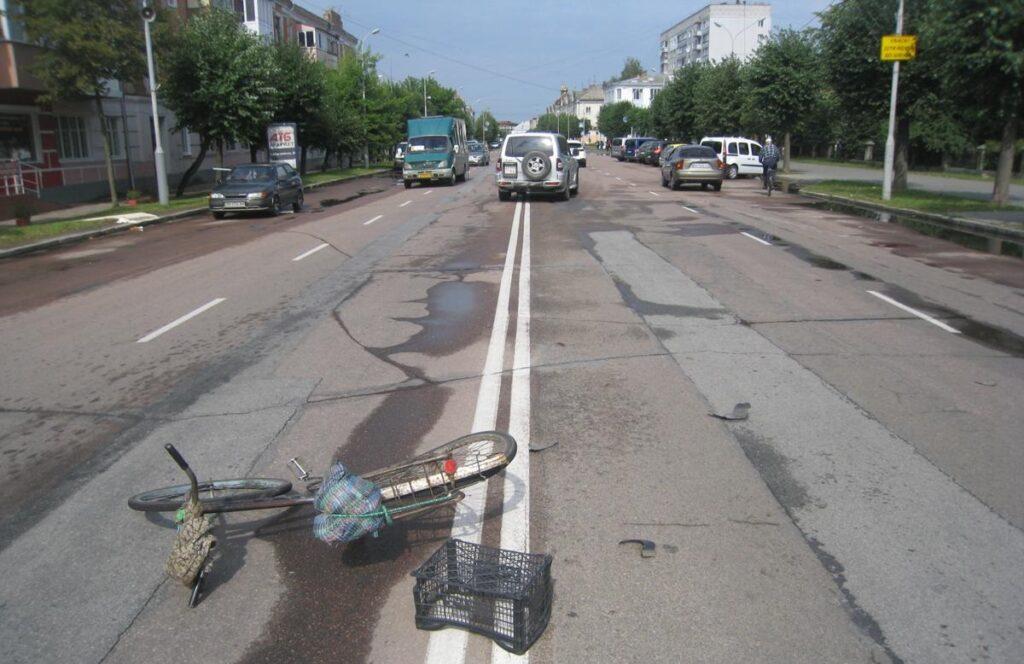 У Бердичеві 78-річний дідусь на велосипеді потрапив під колеса автівки