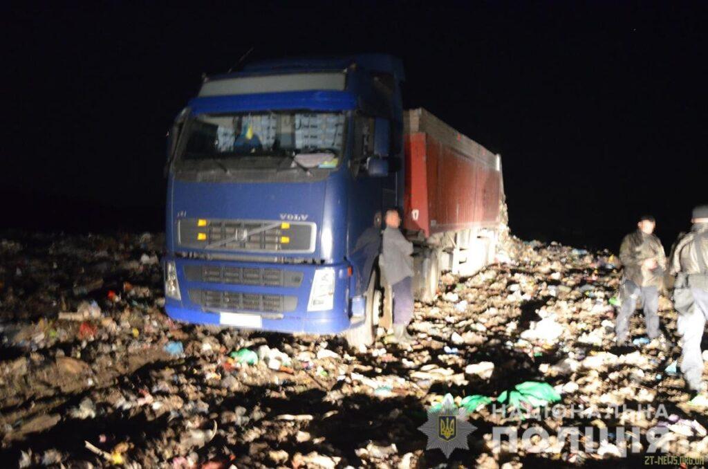 На Коростенщині затримали 3 вантажівки з львівським сміттям